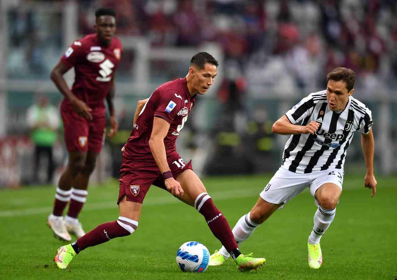 Uno dei duelli più attesi di Torino-Juventus, quello fra Sasa Lukic e Federico Chiesa. Serie A, 2 ottobre 2021 (foto di Valerio Pennicino/Getty Images).