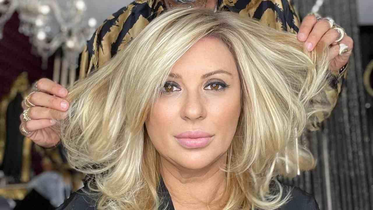 Uomini e Donne, l'opinionista Tina Cipollari sfoggia il suo nuovo taglio di capelli (foto Instagram).